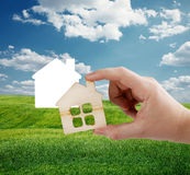 Hand, die neues Haus hält Lizenzfreies Stockfoto