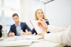 Hand die nota's in een raadplegende vergadering nemen stock afbeelding