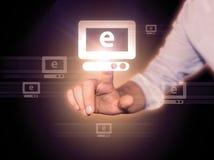 Hand, die online kauft Stockfotos
