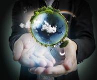 Hand die onze aarde het gloeien houden Langs verstrekt aardebeeld Royalty-vrije Stock Afbeelding