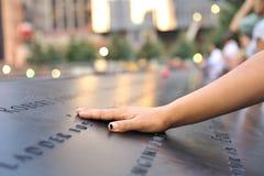 Hand die op 11 September gedenkteken wordt gelegd Stock Foto