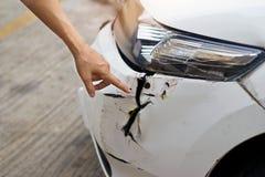 Hand die op autoongeval richten op de weg royalty-vrije stock foto's