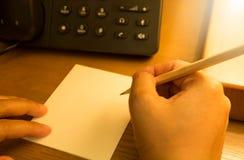 Hand die op blocnote schrijven Royalty-vrije Stock Foto's