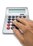 Hand die op Calculator berekent stock fotografie