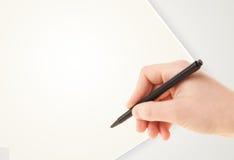Hand die op de duidelijke lege ruimte van het Witboekexemplaar schrijven Royalty-vrije Stock Foto's