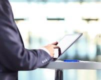 Hand die op digitale tabletpc betrekking hebben Stock Fotografie
