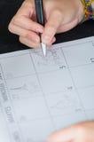 Hand die op document kalender schrijven Stock Afbeeldingen