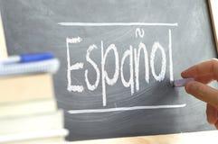Hand die op een bord in een taalklasse schrijven met het woord & x22; Spanish& x22; geschreven op het Royalty-vrije Stock Foto's