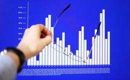 Hand die op een grafiekgegeven richten Stock Foto's