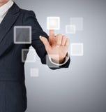 Hand die op een interface van het aanrakingsscherm duwt Royalty-vrije Stock Foto's