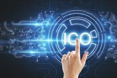 Hand die op ICO-achtergrond richten Stock Afbeeldingen