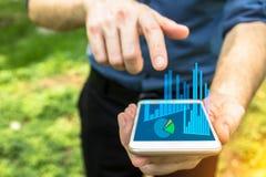 Hand die op mobiel apparaat voor bedrijfsgebruik richten royalty-vrije stock afbeelding