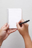 Hand die op notitieboekje schrijft Royalty-vrije Stock Foto's