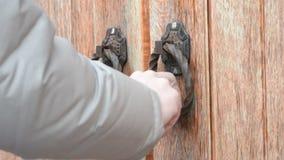 Hand die op ouderwetse oude houten poort of deur kloppen stock footage