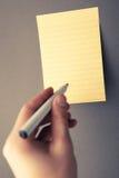 Hand die op papier schrijft Stock Foto