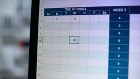 Hand die op PC-het scherm, mensen richt die online het bezoeken logboek, tijd in uren invult stock footage