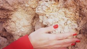 Hand die op stenen glijden stock video