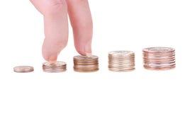 Hand die op treden opstaat die van muntstukken worden gemaakt royalty-vrije stock fotografie