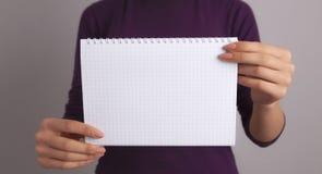Hand, die Papier anhält lizenzfreie stockfotografie