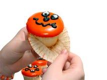 Hand, die Papier des Halloween-kleinen Kuchens zieht Lizenzfreie Stockfotografie