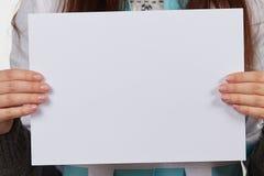 Hand, die Papier lokalisiert auf Weiß hält Stockbilder