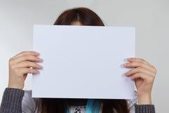 Hand, die Papier lokalisiert auf Weiß hält Lizenzfreie Stockfotografie