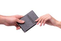 Hand die paspoort geven aan andere persoon Stock Foto's