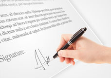 Hand die persoonlijke handtekening op een document vorm schrijven Stock Afbeelding