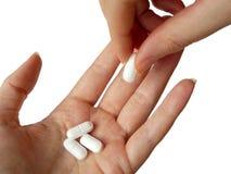 Hand die Pillen geeft Stock Foto's
