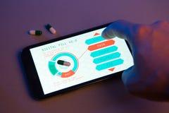 Hand die pillentype op high-tech apparaat, futuristische geneeskunde kiezen royalty-vrije stock fotografie