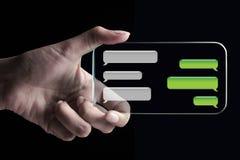 Hand die praatjebellen op transparante 3D smartphone tonen Royalty-vrije Stock Afbeeldingen