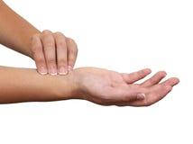 Hand, die Radialarterienimpuls nimmt. Lizenzfreie Stockfotos