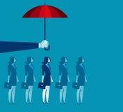 Hand, die Regenschirm über Geschäftsfrau hält Lizenzfreie Stockbilder