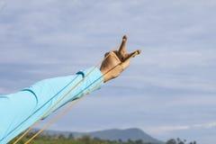 Hand, die Riemenschuß zieht Lizenzfreie Stockbilder