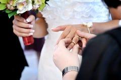 Hand die ring op een vinger zet Stock Afbeeldingen