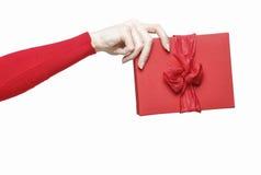 Hand die rode huidige doos houden Royalty-vrije Stock Afbeeldingen