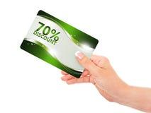 Hand die rode kortingskaart houden die over wit wordt geïsoleerd Royalty-vrije Stock Foto