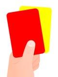 Hand, die rote und gelbe Karte anhält Lizenzfreies Stockfoto