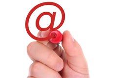 Hand, die rotes eMail-Symbol zeichnet Lizenzfreies Stockfoto