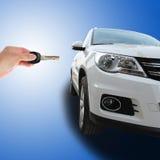 Hand, die Schlüssel eines Autos hält Stockbilder