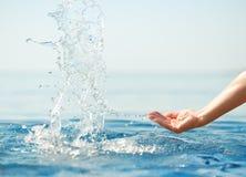 Hand die schoon water bespat Royalty-vrije Stock Fotografie