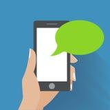 Hand, die schwarzen Smartphone mit leerer Rede hält Stockfotos