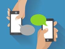 Hand, die schwarzen Smartphone mit leerer Rede hält Stockbild
