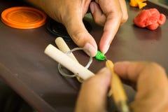 Hand die sculp een plasticine met de hand gemaakte die foto snijden in depokbogor Indonesië wordt genomen Stock Afbeeldingen