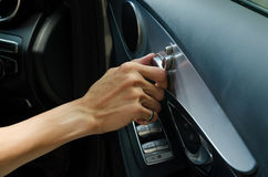 Hand, die Seat-Steuerknopf justiert Lizenzfreies Stockfoto