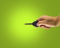 Hand, die seinen Autoschlüssel hält Stockbild