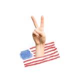 Hand, die Siegeszeichen auf Hintergrund der amerikanischen Flagge zeigt Stockfoto