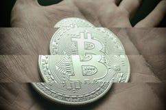 Hand, die silbernes Bitcoin hält Collagenfoto 4 Teile Stockbild