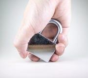 Hand, die silbernes Vorhängeschloß anhält Lizenzfreie Stockbilder