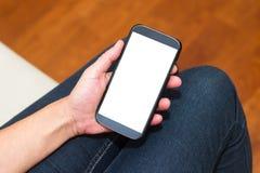 Hand die slimme telefoon met het lege scherm houden Stock Foto